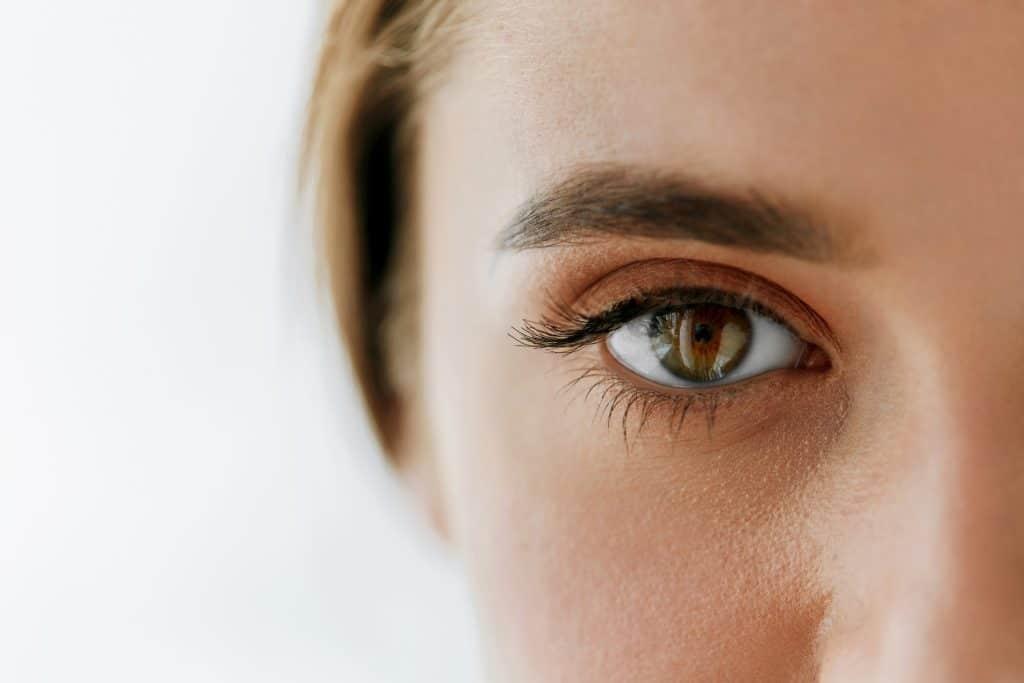vrouwelijk model met scherpe ogen