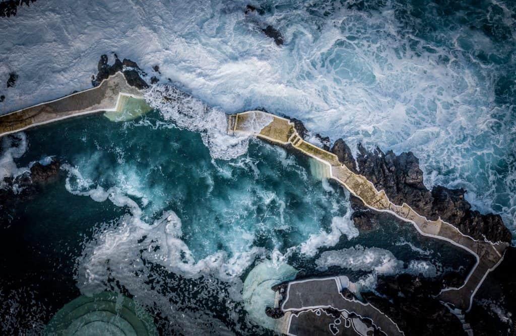 Golven rotsen gemaakt met drone