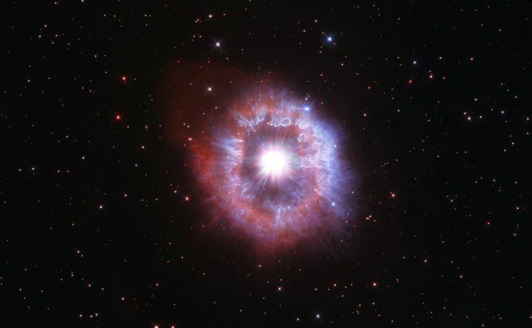 NASA viert 31e verjaardag van Hubble met foto van een gigantische ster op de rand van vernietiging